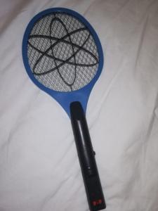 Tennisschläger für Mückenjagd